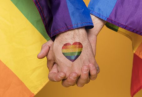 Gay couple is holding hands after they know how to avoid common pitfalls with online dating
